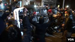 Autoridades de Estados Unidos dijeron el miércoles que la policía había detenido a decenas de personas en numerosas ciudades que estaban protestando.