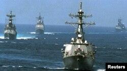 미 해군 소속 순항미사일 구축함 존 폴 존스 호(앞)가 지난 2001년 9월 서남아시아 인근 해양에서 엔터프라이즈 항공모함 전단 소속 함정들과 항해하고 있다.
