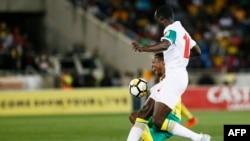 Le milieu de terrain sénégalais Cheikh Ndoye, à droite, en duel avec le milieu de terrain sud-africain Themba Zwane lors du match de qualification pour le Mondial 2018 entre l'Afrique du Sud et le Sénégal au stade Peter Mokaba de Polkowane, 10 novembre 2017.