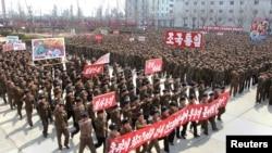 지난 3일 북한 남포에서 열린 궐기대회. 미국과 한국을 규탄하는 구호를 외치고 있다. (자료사진)