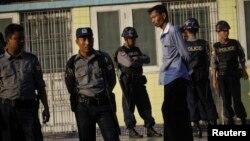 버마 경찰이 지난 15일 양곤의 한 호텔에서 발생한 폭탄 공격 직후, 주변 경계를 강화했다. (자료사진)