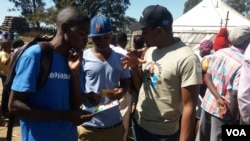 Youth Empowerment and Transformation Trust and other local NGOs officials explaining to youths in Harare the important of participate in the Monday Zimbabwe's general election, July 27, 2018. (S. Mhofu/VOA)