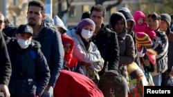 Des migrants font la queue à la frontière avec l'Autriche, en Allemagne, le 1er novembre 2015. (REUTERS/Michael Dalder)
