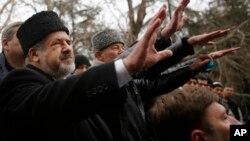 Pemimpin Tatar Krimea, Refat Chubarov melambai kepada pendukungnya dalam aksi protes anti-Rusia di Simferopol, Krimea (foto: dok).