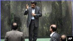 Tổng thống Iran Mahmoud Ahmadinejad ra điều trần trước Quốc hội Iran. Ðây là lần đầu tiên các nhà lập pháp Iran triệu tập một vị tổng thống để điều trần về các chính sách của mình