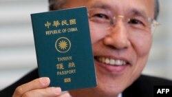 资料照:台湾外交官吕庆龙亮出他的台湾护照。(2011年5月16日)