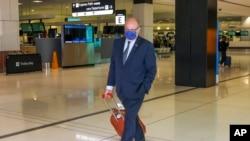 Francuski ambasador u Australiji Žan-Pjer Tebo dolazi na aerodrom u Sidneju u subotu 18. septembra 2021.