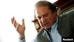 파키스탄의 나와즈 샤리프 전 총리가 13일 라호르 자택에서 외신기자들과 인터뷰하고 있다.