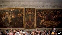 Holy Sepulcher ဘုရားေက်ာင္းမွာ ဝတ္ျပဳဆုေတာင္းေနေသာ ခရစ္ယာန္ဘာသာဝင္မ်ား။ (ဧၿပီလ ၁၃၊ ၂၀၁၄)