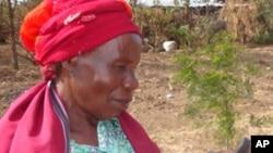 Mkulima nchini Kenya anatumia simu ya mkono