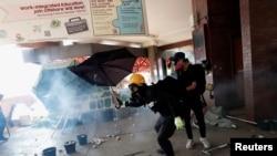 香港理工大學抗議者用雨傘抵擋警察催淚彈 (路透社)