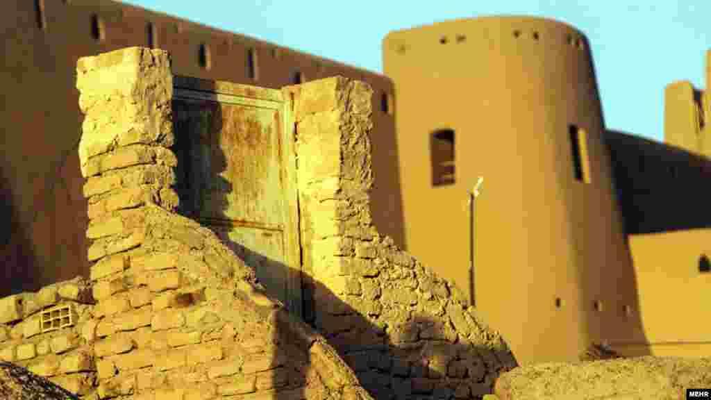 قلعه بیرجند، از مکانهایی که در دوره صفویه ساخته شد اما اکنون در سایه بی توجهی، محل تجمع معتادان شده است. عکس محسن نوفرستی، مهر