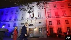 El secretario de Estado, John Kerry, camina junto a la embajadora de EE.UU. en Francia, Jane Hartley, frente a la Embajada estadounidense en París, luego de pronunciar un discurso. Nov. 16 de 2015.