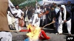 Протестующие афганцы сжигают чучело президента США Барака Обамы