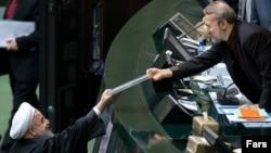 تقدیم لایحه بودجه ۹۵ ایران توسط حسن روحانی به علی لاریجانی