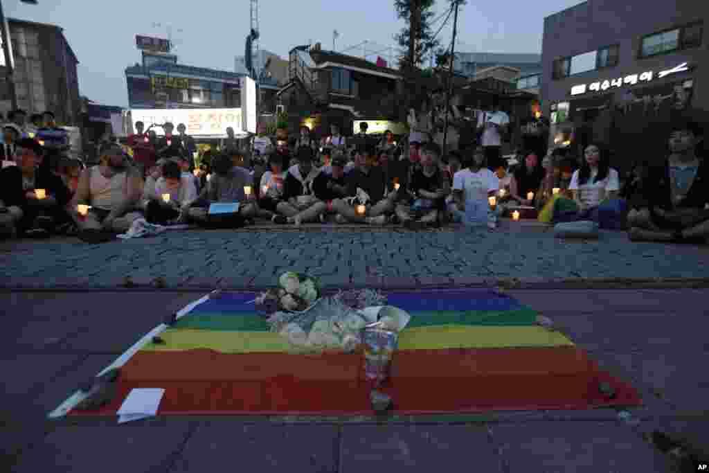 ពិធីអុជទៀនឧទ្ទិសគោរពវិញ្ញាណក្ខន្ធជនរងគ្រោះនៃការសម្លាប់ដ៏ឃោរឃៅក្នុងក្លឹបកំសាន្ត Pulse Orlando រដ្ឋធានីសេអ៊ូល កូរ៉េខាងត្បូង ថ្ងៃទី១២ ខែមិថុនា ឆ្នាំ២០១៦។