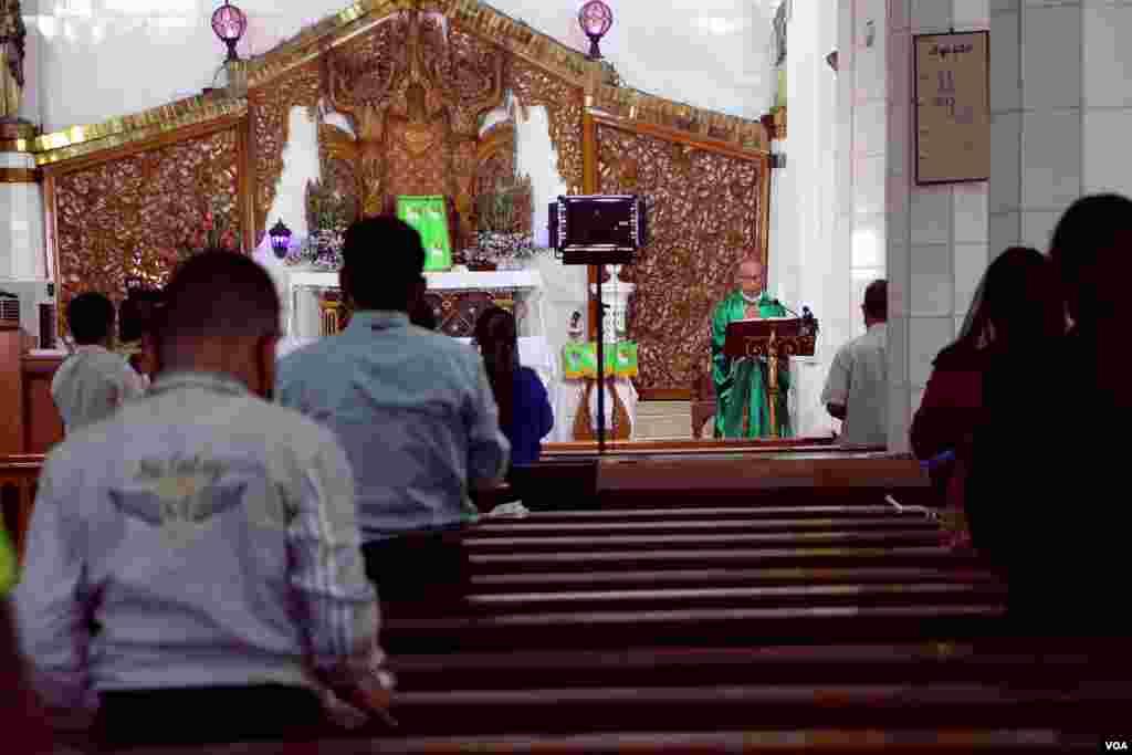 ကိုဗစ္ကာလ မႏၲေလးၿမိဳ႕၊ ေရႊႏွလုံးေတာ္ Cathedral ဘုရားေက်ာင္းမွာ ဝတ္ျပဳဆုေတာင္းေနၾကတဲ့ ျမင္ကြင္းတခ်ိဳ႕။ (ၾသဂုတ္ ၂၃၊ ၂၀၂၀)