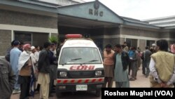 حادثے کے زخمیوں کو اسپتال منتقل کیا جارہا ہے۔