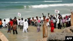 Les manifestants brandissent des banderoles au bord de la mer, demandant plus de permis de pêche, à Saint-Louis, Sénégal, 3 février 2018.