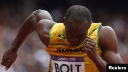 牙买加选手博尔特8月7日在第一轮200米比赛中起跑