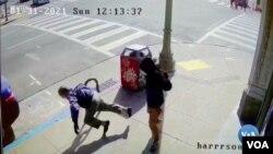 Hình ảnh camera cho thấy một cụ ông 91 tuổi bị xô xuống đường ở Phố Tàu, thành phố Oakland, bang California