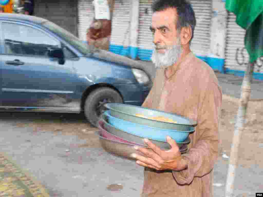 کراچی کی مختلف شاہراہوں پر سڑک پر روزہ افطار کروانا ایک روایت بنتا جا رہا ہے