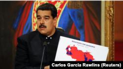 El presidente de Venezuela, Nicolás Maduro, sostiene un mapa de Venezuela durante una conferencia de prensa en el Palacio de Miraflores en Caracas, Venezuela, el 17 de octubre de 2017.