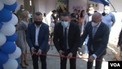 Dalibor Jevtić, Srđan Popović i Goran Rakić (s leva) otvaraju Omladinski centar u Čaglavici (Foto: VOA)