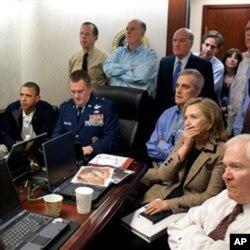 Sala de Crise da Casa Branca com os membros do governo a seguir o assalto ao refúgio de Bin Laden através de imagens via satélite