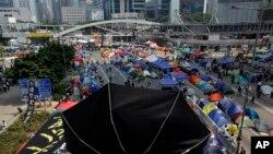 Una sombrilla es colocada cerca de las tiendas en que acampan manifestantes pro-democracia en el centro de Hong Kong.