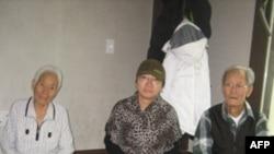 Bà Han Bok-yeo (giữa) cùng với 2 người bạn láng giềng từ Seo-Yeonpyeong ngồi trong căn hộ của họ ở Gimpo, Nam Triều Tiên