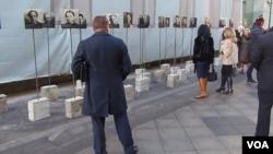俄罗斯是共产主义制度的主要受害者。2014年11月政治迫害受难者纪念日时,莫斯科市中心街头展出的当年在斯大林大清洗中受难者照片(美国之音白桦)。