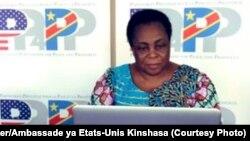 """Julienne Lusenge mobundi ya makoki ya basi azwi mbano ya """"mwasi ya mpiko"""" na mbulamatari ya Amerika, Kinshasa, 3 mars 2021. (Twitter/Ambassade ya Etats-Unis Kinshasa)"""