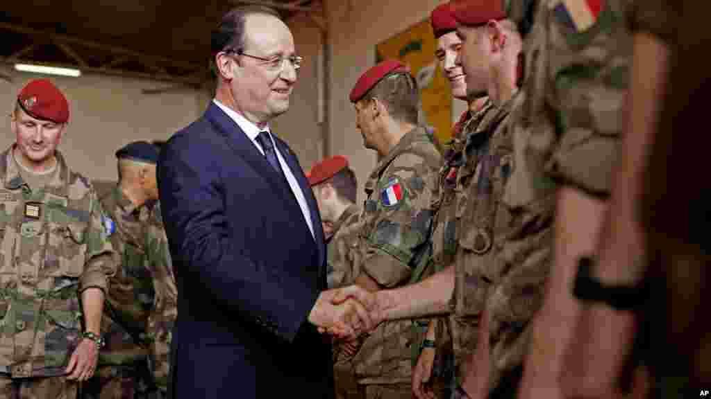 Le président français François Hollande, salué les troupes françaises à son arrivée au siège de l'opération militaire française à l'aéroport M'Poko à Bangui, le 28 février 2014.