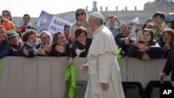 天主教信徒和游客在梵蒂冈圣彼得广场迎接教宗方济各前去发表他的每周讲话 (2016年4月6日)