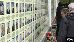 Киев, 23 апреля, 2017 года. Мемориал на стене Киевского Михайловского Золотоверхого монастыря