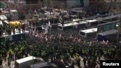 Cảnh sát bao vây người biểu tình trước Toà án Hiến pháp ở Seoul, 10/3/2017.