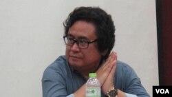 """Vedi R. Hadiz, pakar Studi Asia di Asian Institute, Universitas Merlbourne, Australia, meluncurkan buku tentang politik Islam dalam buku terbarunya """"Islamic Populism in Indonesia and Middle East di Universitas Indonesia (24/8). (VOA/Fathiyah Wardah)"""