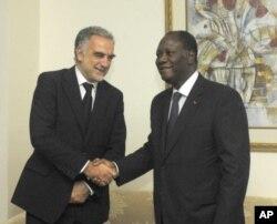 Luis Moreno-Ocampo (à g.) accueilli par Alassane Ouattara à Abidjan, le 15 octobre 2011