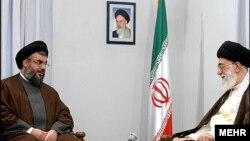 Hassan Nasrallah, à gauche, en compagnie de l'ayatollah Ali Khamenei, Guide suprême de l'Iran en 2005.