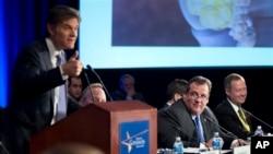 Gubernur New Jersey Chris Christie (tengah) dan Gubernur Maryland Martin O'Malley (kanan) mendengarkan pidato Dr. Mehmet Oz dalam pertemuan Asosiasi Gubernur di Washington. (Foto: Dok)