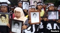 Sekitar 300 warga turun ke jalan pada 1999 membawa foto-foto kerabat yang tewas dalam kerusuhan Mei 1998. (Foto: Dok)