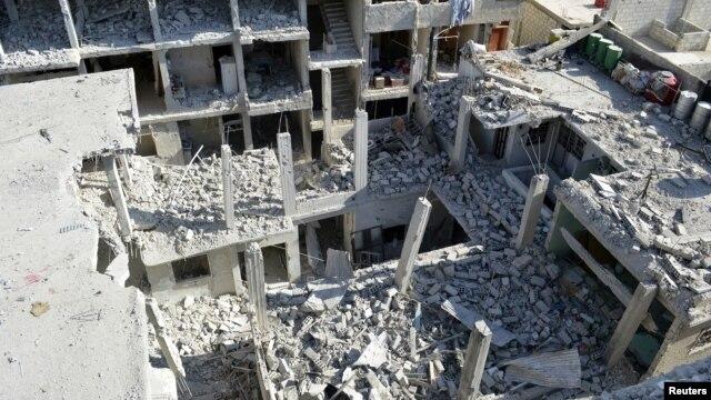 Các tòa nhà ở hướng đông thủ đô Damascus bị đổ nát vì một vụ không kích của phi cơ của không lực Syria
