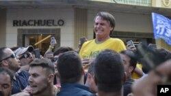 Momento em que Jair Bolsonaro é atacado