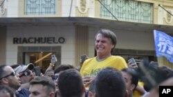 El candidato presidencial Jair Bolsonaro gesticula tras ser apuñalado en el estómago durante un acto de campaña.