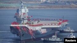 Первый построенный в Китае авианосец во время церемонии его спуска на воду в Даляне, провинция Ляонин, Китай, 26 апреля 2017.