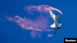 在中国珠海国际航空展上做飞行表演的中国人民解放军空军J-10战机。(2018年11月6日)