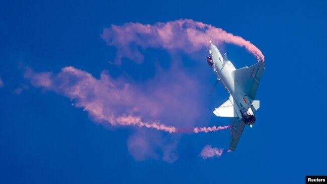 Máy bay chiến đấu J-10B của không lực Trung Quốc trình diễn tại tỉnh Quảng Đông.