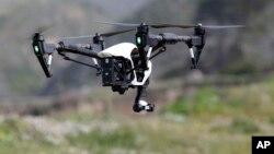 Drone buatan perusahaan China, DJI terbang di atas Davenport, California (foto: dok).