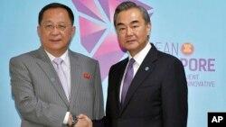 아세안지역안보포럼(ARF) 참석차 싱가포르를 방문한 리용호 북한 외무상과 왕이 중국 외교 담당 국무위원이 3일 양자회담울 했다.